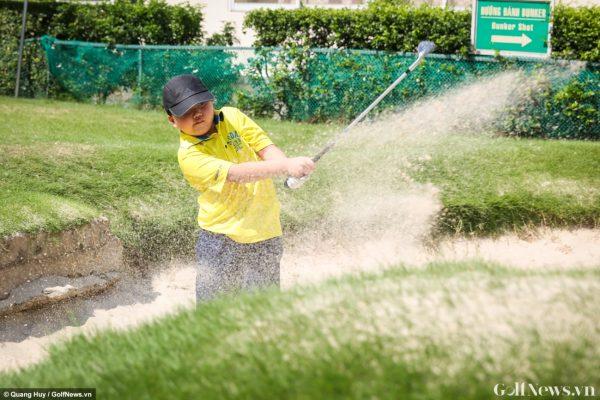 Lớp học dạy trẻ làm quen với golf trong dịp nghỉ hè tại sân golf Him Lam