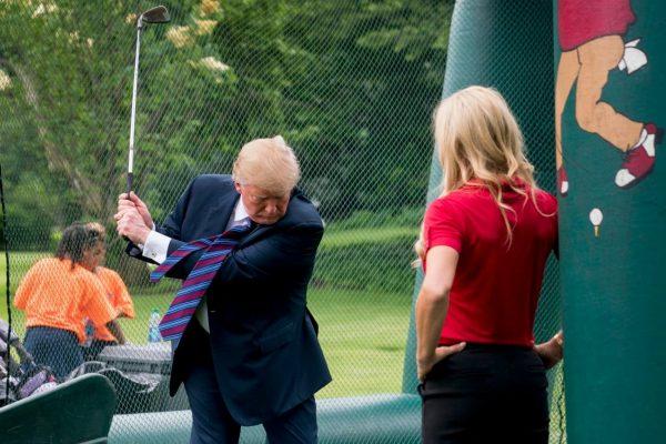Tổng thống Donald Trump bỏ 50.000 USD để lắp phòng golf 3d simulator mới