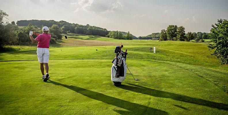 Golfer mới tập chơi có nên mua bộ gậy gôn (golf) để tự tập riêng không?
