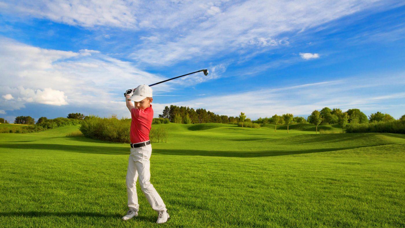 Lý do vì sao nhiều gia đình đầu tư cho trẻ em chơi golf