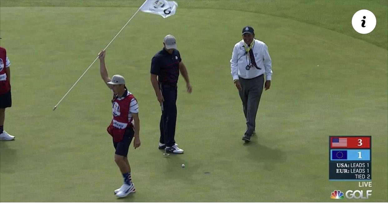 Tình huống luật golf: Bóng chạm cờ khi thi đấu